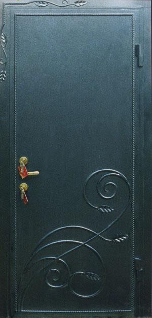 металлических дверях с ковкой